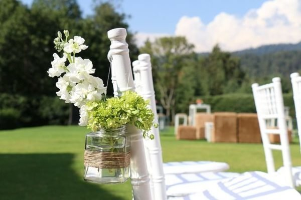 celebrar-boda-en-el-jardin-silla-flores