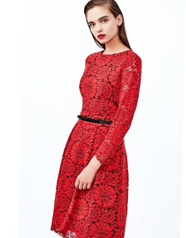 fd206c4ed Este tipo de vestido de encaje parece que siempre estará de moda. Si a esto  le sumamos que el vestido es de color rojo