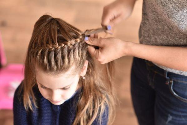 Peinado recogido de lado para nina