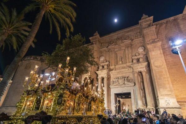 planes-para-hacer-en-semana-santa-procesiones-istock