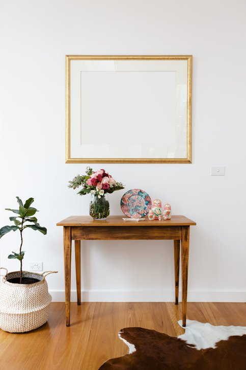 Como decorar un pasillo largo muebles y flores