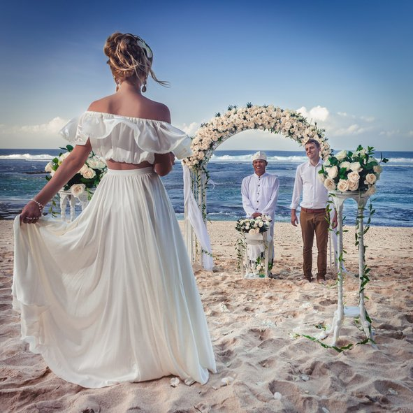 Ceremonia de la arena para boda civil pareja playa