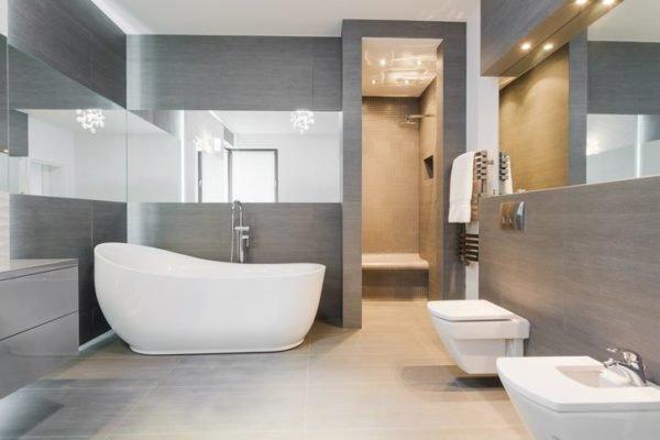 Como decorar una pared con espejos bano amplio