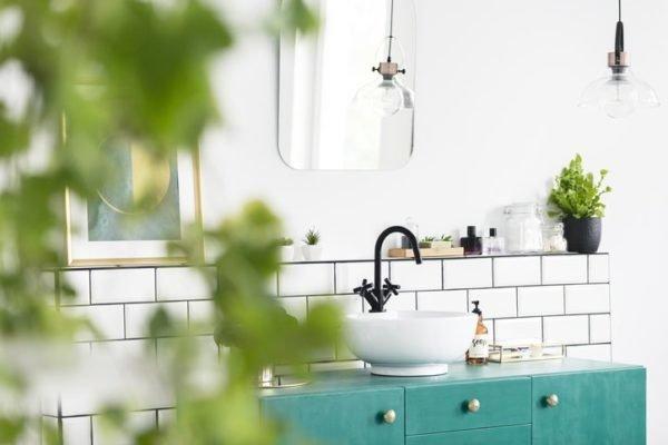 Como decorar una pared con espejos bano hipster
