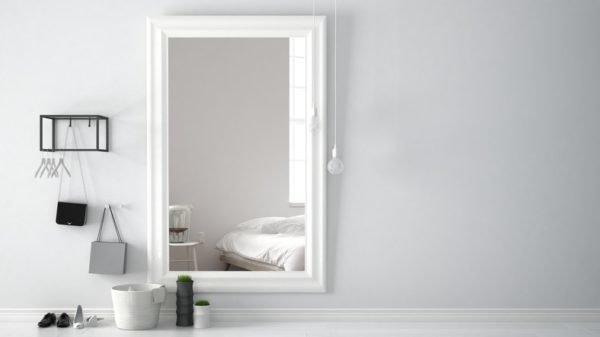 Como decorar una pared con espejos dormitorio blanco