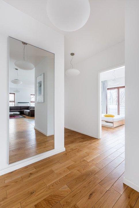 Como decorar una pared con espejos salon armario