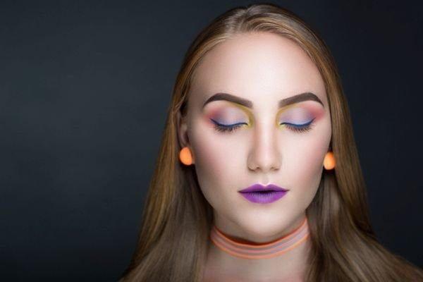 maquillajes-para-un-festival-neon-istock