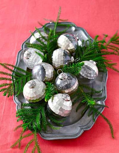 decorar-mesa-en-navidad-bandeja-bolas-trucosyastucias