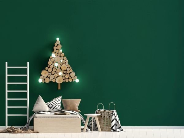 manualidades-para-decorar-tu-cuarto-en-navidad-arbol-con-troncos-istock
