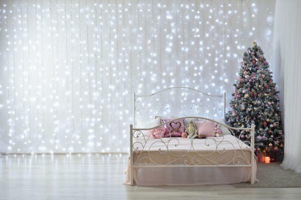 manualidades-para-decorar-tu-cuarto-en-navidad-cortinas-de-luces-istock