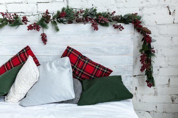 manualidades-para-decorar-tu-cuarto-en-navidad-guirnalda-cabecero-istock