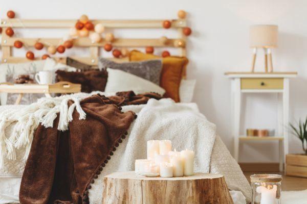manualidades-para-decorar-tu-cuarto-en-navidad-guirnalda-de-bolas-tronco-velas-istock