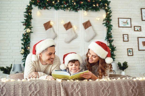 manualidades-para-decorar-tu-cuarto-en-navidad-marco-de-pino-y-calcetines-istock