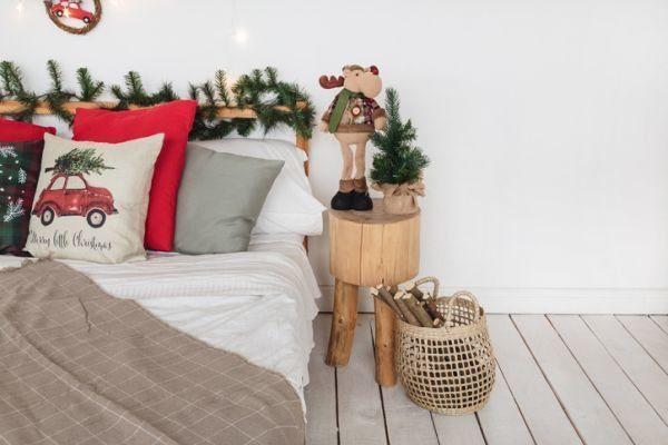 manualidades-para-decorar-tu-cuarto-en-navidad-mesa-tronco-istock