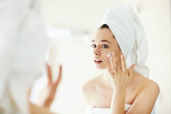 crema-perricone-opinion-mujer-espejo-crema-istock