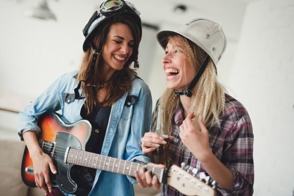 ideas-para-despedida-de-soltera-cantando-istock