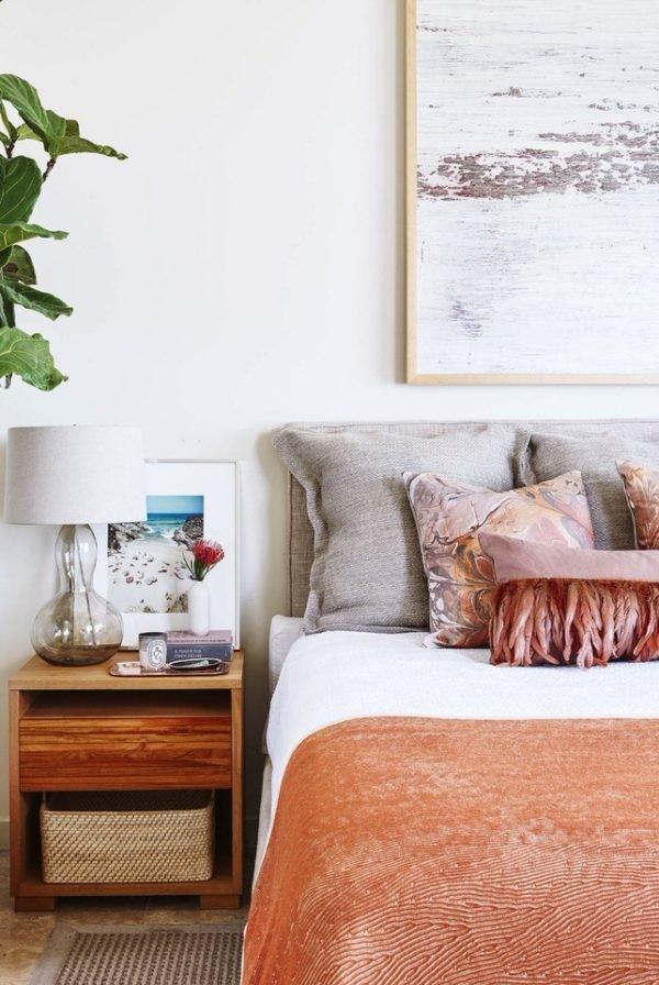 Acentos coralinos en el dormitorio