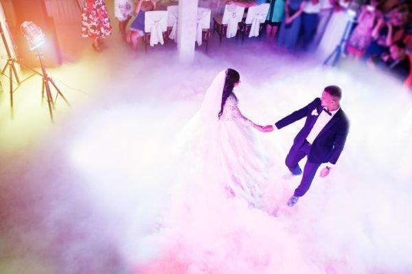 musica-para-bodas-playlist-novios-baile-istock