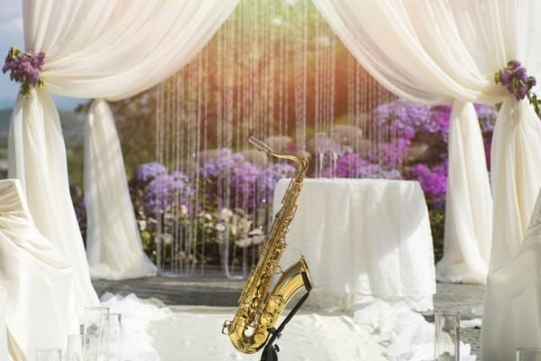 musica-para-bodas-playlist-saxofon-istock