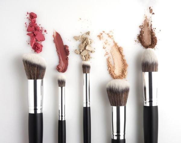 como-limpiar-brochas-de-maquillaje-brochas-y-pinceles2-istock