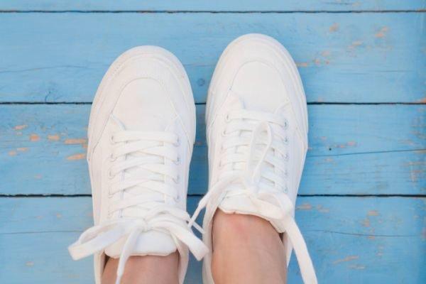 como-limpiar-zapatillas-blancas-de-piel-sin-danarlas-suelo-azul-istock