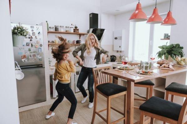 planes-para-hacer-en-casa-cuarentena-coronavirus-bailando-istock
