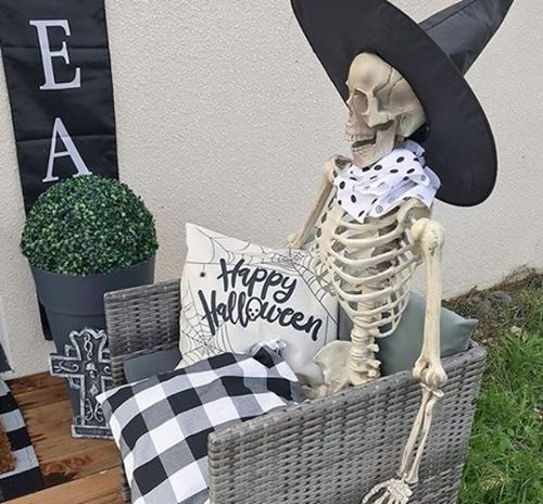 Esqueleto sentado con sombrero de brujo