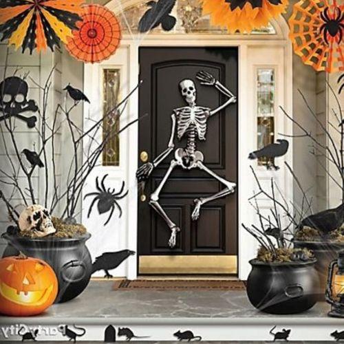 Esqueleto en puerta para Halloween