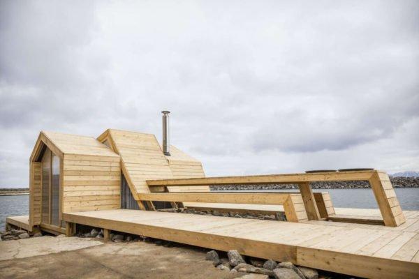 Casa-pequeña-moderna-con-fachada-a-ras-de-suelo-de-madera