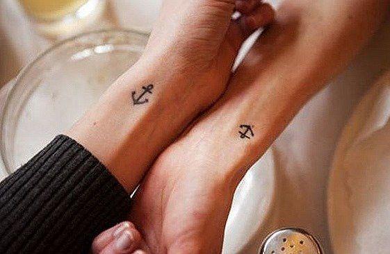 Los mini tattoos en los dedos