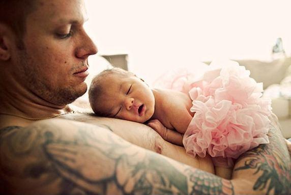 Papa con tatuaje brazo y bebé