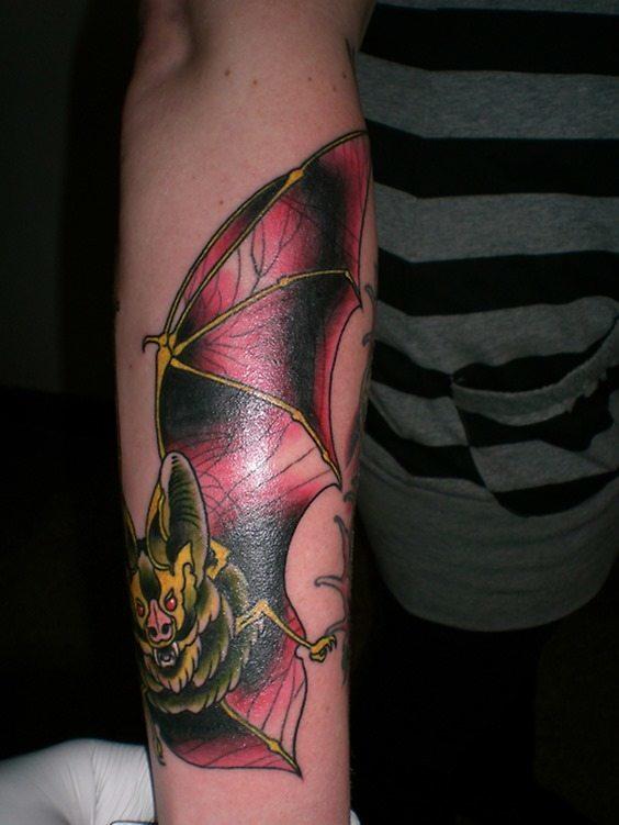 Tatuaje murciélagos brazo