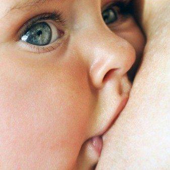 bebe tomando leche materna