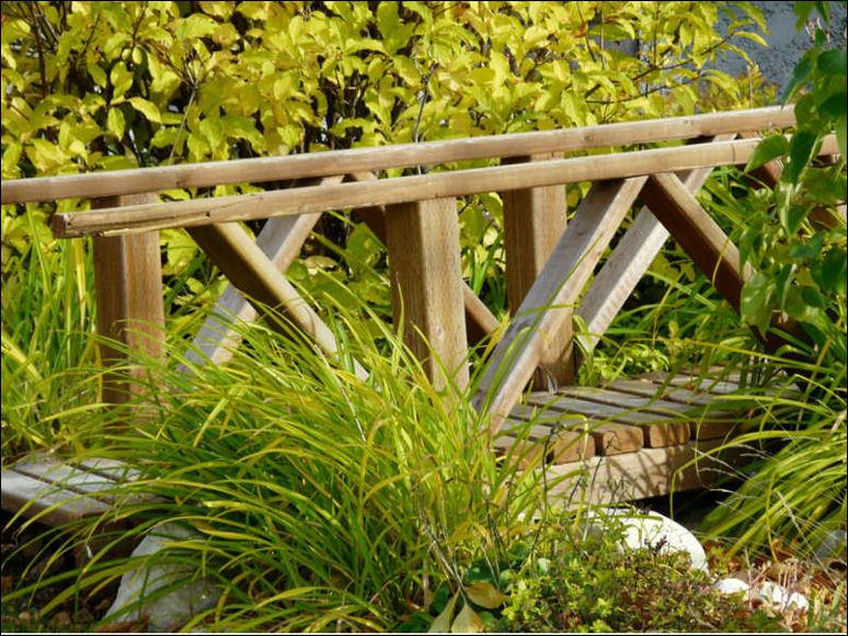 y si tienes espacio un jardn grande y adems el estanque mencionado tambin puedes elegir colocar un pequeo puente que tampoco es necesario que lo