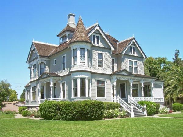 casa-bonita-y-grande-con-fachada-en-dos-colores