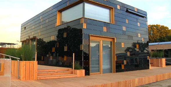 casa-ecologica-con-fachada-hecha-de-paneles-solares