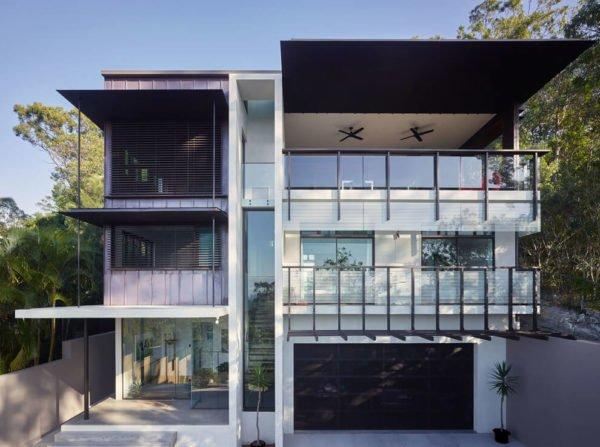 casa-moderna-con-una-fachada-dividida-en-dos-partes