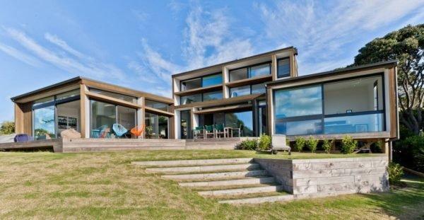 casa-moderna-con-una-fachada-llena-de-cristales
