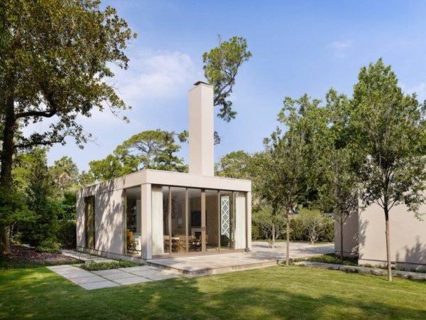 casa-pequeña-con-una-fachada-y-chimenea