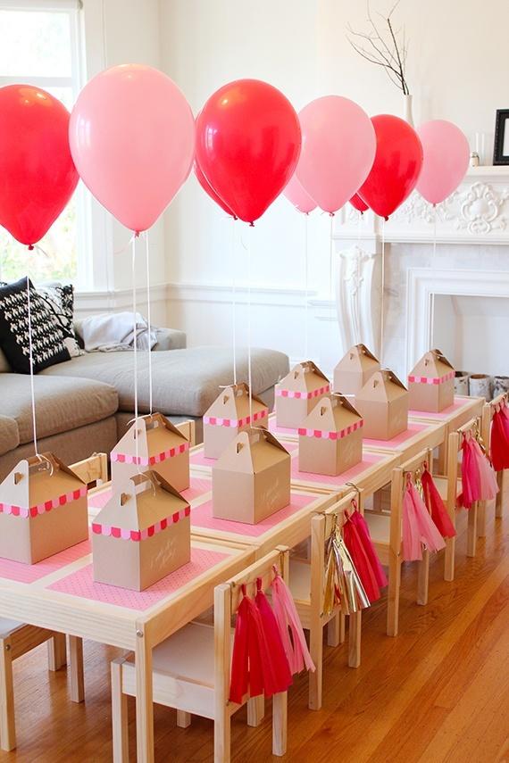 decoracion-de-fiestas-infantiles-decoración-con-globos-mesa-con-regalos-y-globos