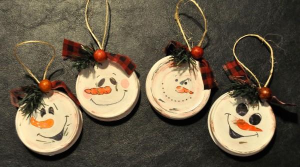 decoracion-navidad-2015-elementos-reciclados-muñecos-con-tapas-de-botes