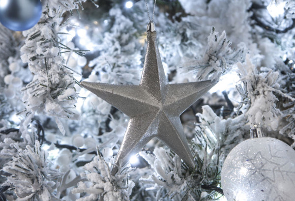 decorar-un-apartamento-en-navidad-2016-ideas-decorar-en-funcion-de-las-tendencias-adornos-plateados-leroy-merlin