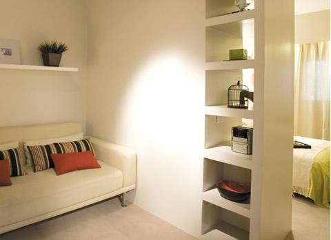 ideas-practicas-para-pisos-pequenos-separacion-con-estantes