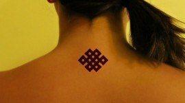 Tatuajes del nudo eterno (símbolo budista)