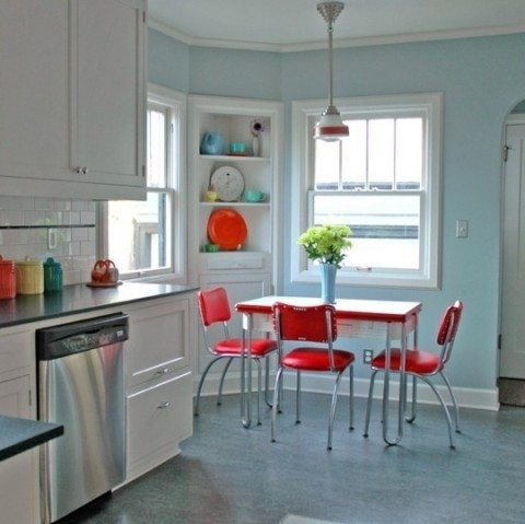 retro-kitchen-red-chairs