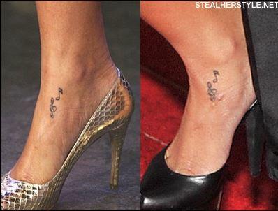 s o incluso una calavera con el símbolo de las Monster High en su tobillo.