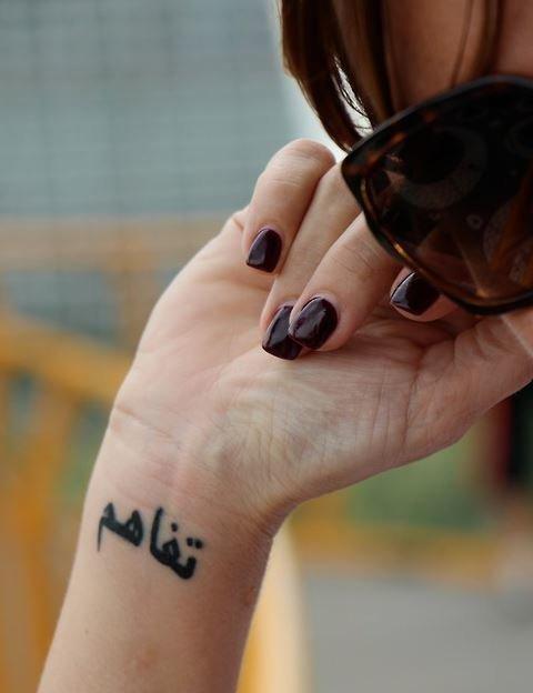 tatuaje-muneca-letras-arabes