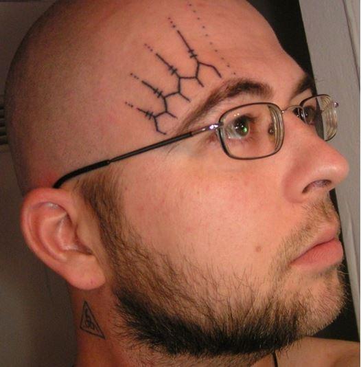 tatuajes escolta sentado en la cara