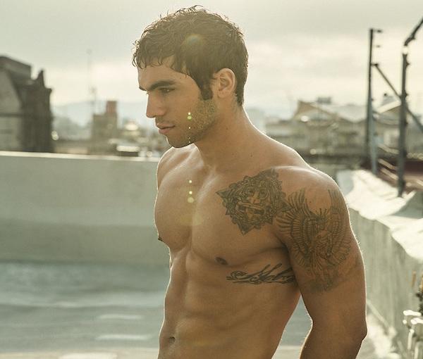 tatuajes-sexy-para-hombres-bajo-pecho